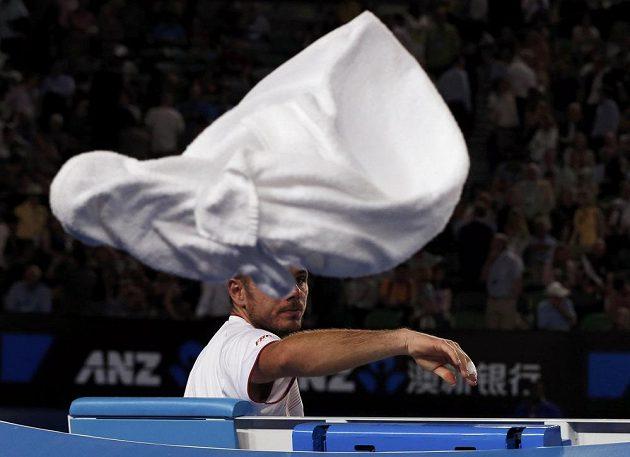 Stanislas Wawrinka odhazuje ručník během semifinále Australian Open.