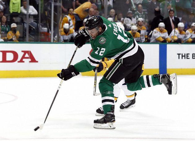 Český útočník Dallasu Stars Radek Faksa (12) střílí na branku Nashvillue Predators v utkání play off NHL.