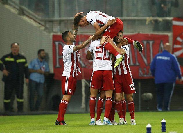 Fotbalisté Olympiakosu poté, co se ujali vedení proti Bayernu Mnichov.