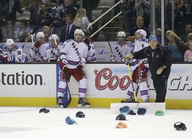 Po hattricku Tomáše Hertla naházeli diváci na led čepice.