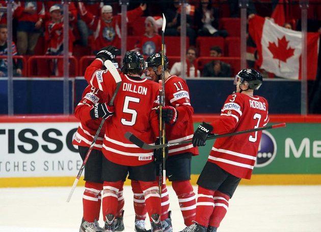 Hokejisté Kanady se radují ze vstřelení branky do sítě Norska. Zprava Stéphane Robidas, Jordan Staal, Brenden Dillon.