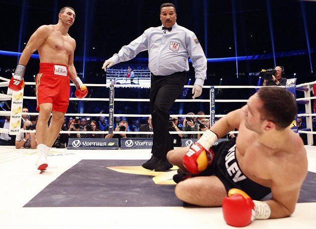 Bulharský vyzyvatel Kubrat Pulev skončil po háku Vladimira Klička na podlaze ringu.