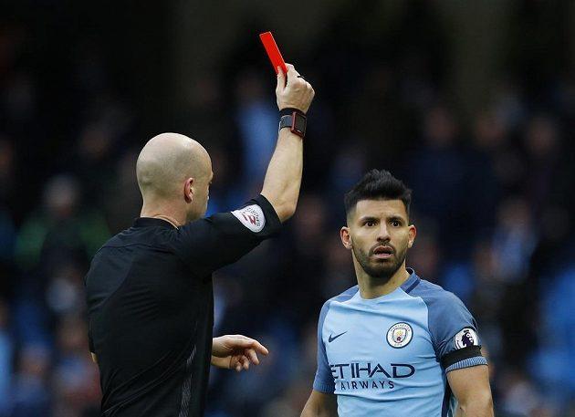 Sergio Agüero z Manchesteru City dostal v závěru utkání s Chelsea červenou kartu od sudího Anthonyho Taylora.