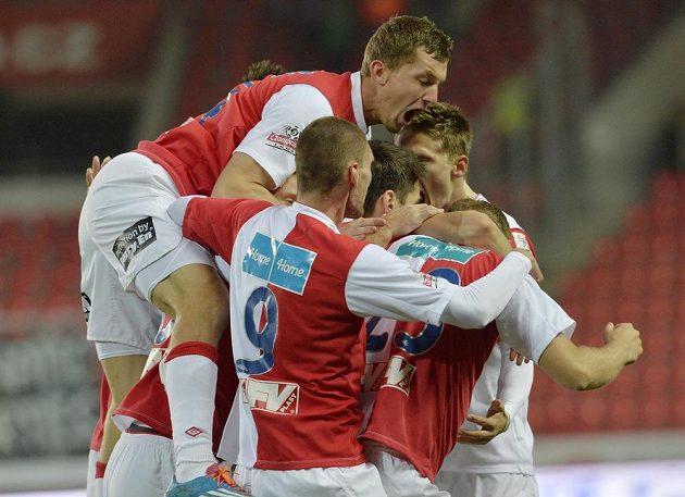 Tomáš Necid ze Slavie (nahoře) a jeho spoluhráči se radují z prvního gólu proti Příbrami..