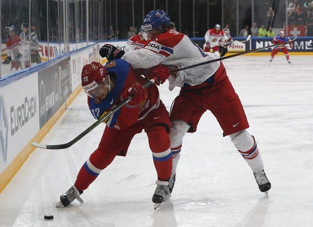 Český obránce Libor Šulák (vpravo) se snaží zastavit Artěmije Panarina.