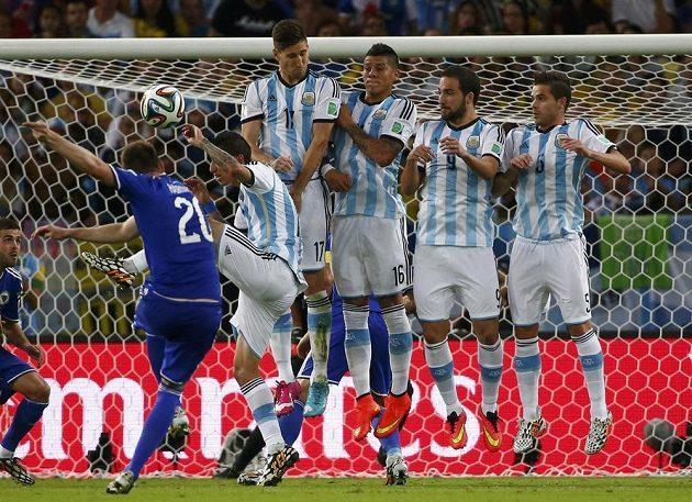 Bosenský Izet Hajrovic proti argentinské zdi.