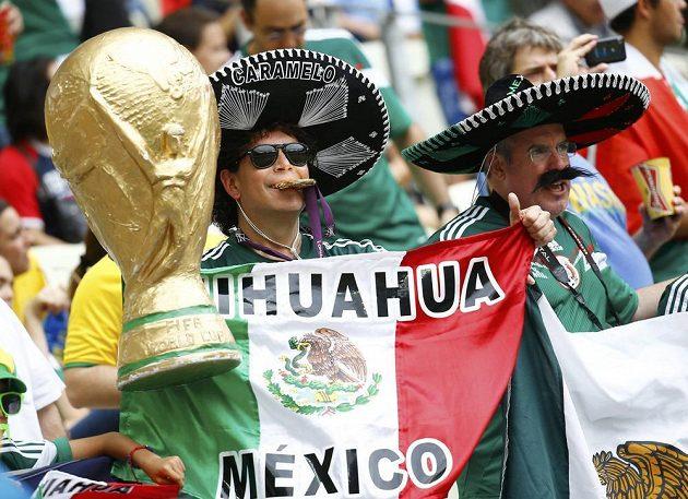 Sombrero i replika trofeje pro světové šampióny - tak se ve Fortaleze prezentovali někteří mexičtí fanoušci.