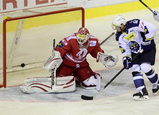 Brankář Třince Šimon Hrubec inkasuje druhý gól. Vpravo je kladenský útočník Petr Tenkrát.