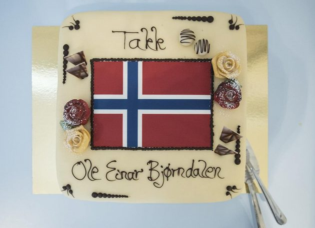 K ukončení kariéry obdržel hvězdný norský biatlonista Ole Einar Björndalen od tamní federace dort.