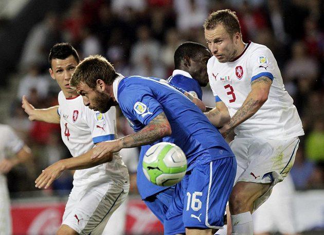 Daniele De Rossi (uprostřed) a český bek Michal Kadlec (vpravo) bojují o míč, vlevo přihlíží Marek Suchý.