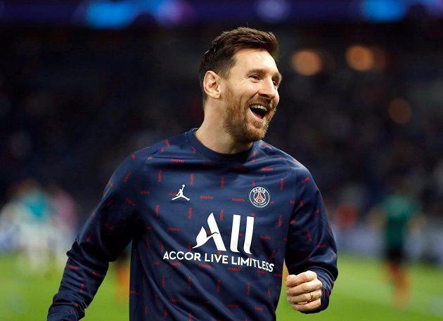 Lionel Messi v dobré náladě při rozcvičce před zápasem Ligy mistrů s Manchesterem City.