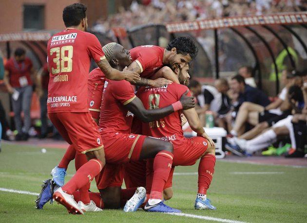 Fotbalisté Antverp slaví vedoucí gól Iva Rodriguese v utkání proti Plzni.