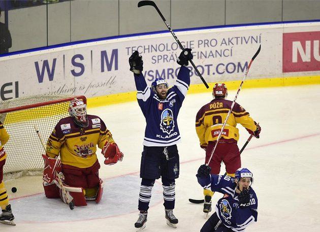 Autor druhého gólu Kladna David Tůma (druhý zleva) se raduje. Vpravo dole je jeho spoluhráč Roman Přikryl, zcela vlevo brankář Dukly Miroslav Svoboda během semifinále play off první hokejové ligy.