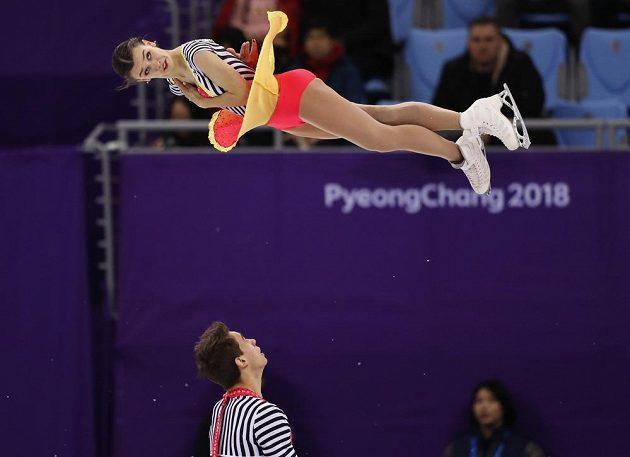 Anna Dušková ve vzduchu během volné jízdy sportovních dvojic olympijského závodu v Pchjongčchangu. Připavený zachytit svou parťačku je Martin Bidař.