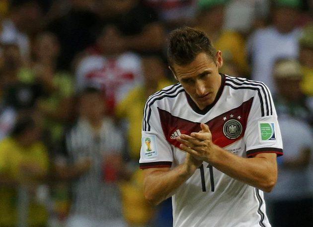 Miroslav Klose vstřelil gól na konečných 2:2 v utkání s Ghanou, čímž vyrovnal střelecký rekord na MS Brazilce Ronalda.