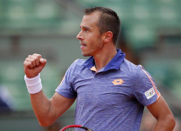Radostné gesto Lukáše Rosola v utkání na French Open.