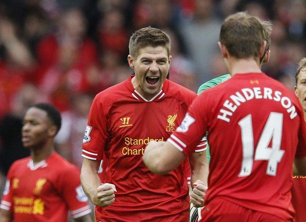 Kapitán Liverpoolu Steven Gerrard oslavuje se spoluhráčem Jordanem Hendersonem výhru nad Manchesterem United.