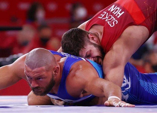 Český zápasník Artur Omarov (v modrém) v olympijském osmifinále s Maďarem Alexem Szökem.