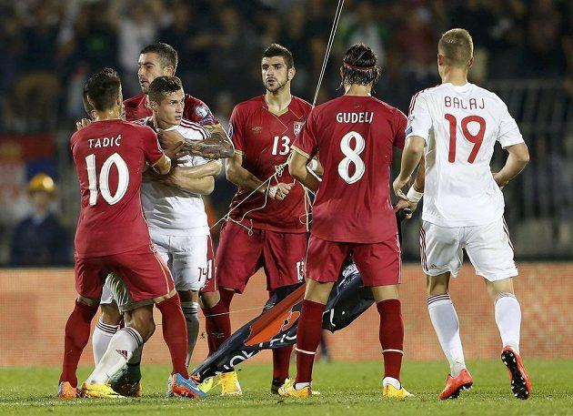 Mezi fotbalisty Srbska a Albánie vznikl konflikt poté, co hráči Srbska strhli vlajku Albánie, která se na dronu vznášela nad trávníkem.
