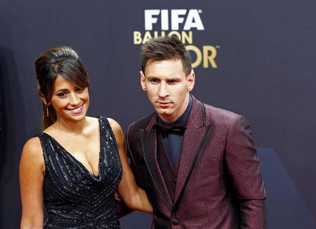 Argentinský fotbalista Lionel Messi dorazil na vyhlášení ankety Zlatý míč FIFA i s partnerkou Antonellou Roccuzzovou.