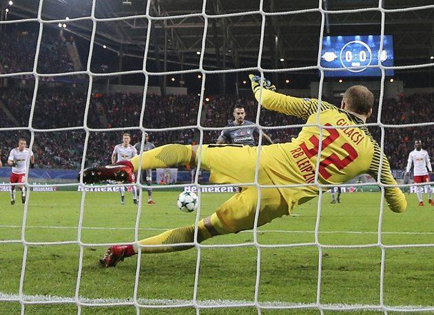 Fotbalista Besiktase Alvaro Negredo překonává z penalty Petera Gulacsiho v utkání 6. kola Ligy mistrů.