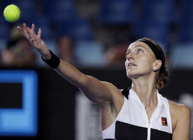 Česká tenistka Petra Kvitová podává při utkání se Slovenkou Magdalenou Rybárikovou v prvním kole Australian Open.