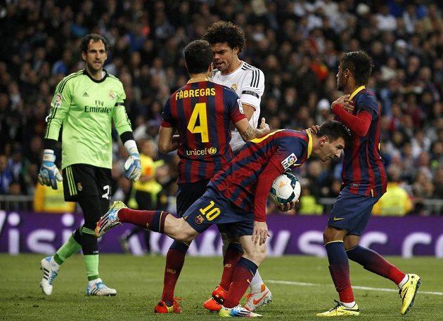 Zlý muž Realu Madrid Pepé v rozmluvě se Ceskem Fábregasem z Barcelony.