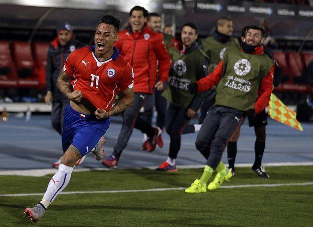 Pětadvacetiletý forvard Eduardo Vargas se v pondělní noci stal chilským hrdinou, když dvěma góly skolil Peru.