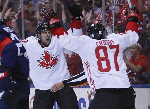 Útočník John Tavares a kanadský kapitán Sidney Crosby oslavují ve druhé třetině zápasu proti USA gól Patriceho Bergerona (není na snímku).