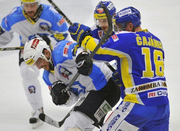 Petr Čajánek ze Zlína (vpravo) a Petr Vampola z Plzně (třetí zprava) v úvodním finále hokejové extraligy.
