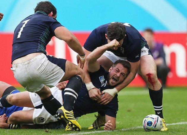 Skot Greig Laidlaw a jeho spoluhráči se radují z výhry nad ragbisty Samoy.