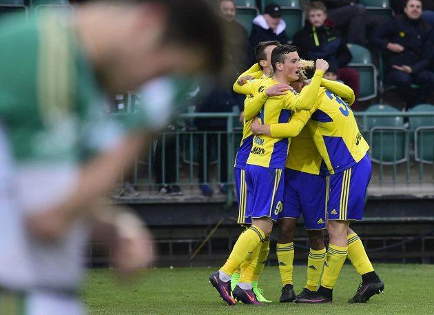 Hráči Zlína se radují z druhého gólu proti Bohemians 1905.