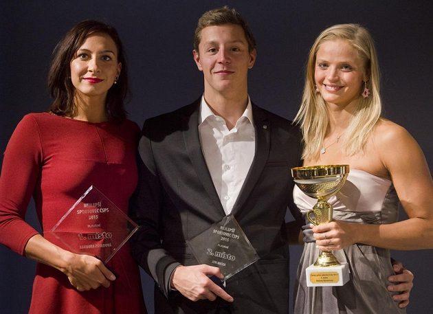Barbora Závadová (vlevo), pátá žena z mistrovství světa v Kazani v polohovém závodu na 400 metrů, byla vyhlášena nejlepším plavcem uplynulého roku. Na druhém místě skončil Jan Micka, třetí byla Simona Baumrtová.
