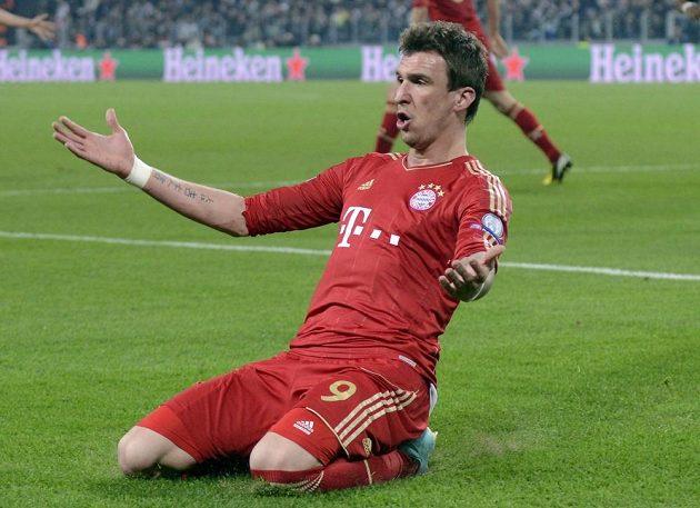 Mario Mandžukič se raduje poté, co vstřelil gól Bayernu Mnichov v odvetě čtvrtfinále Ligy mistrů proti Juventusu Turín.