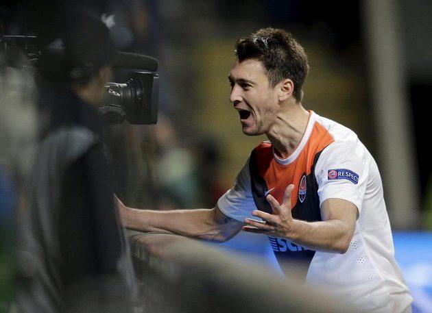 Argentinec Facundo Ferreyra ze Šachtaru Doněck slaví vstřelený gól v úvodním čtvrtfinále EL na půdě Bragy.