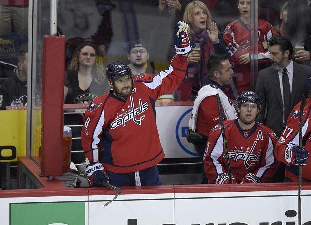 Alex Ovečkin děkuje bouřícím divákům za ovace poté, co dosáhl hranice 1000 bodů v NHL.