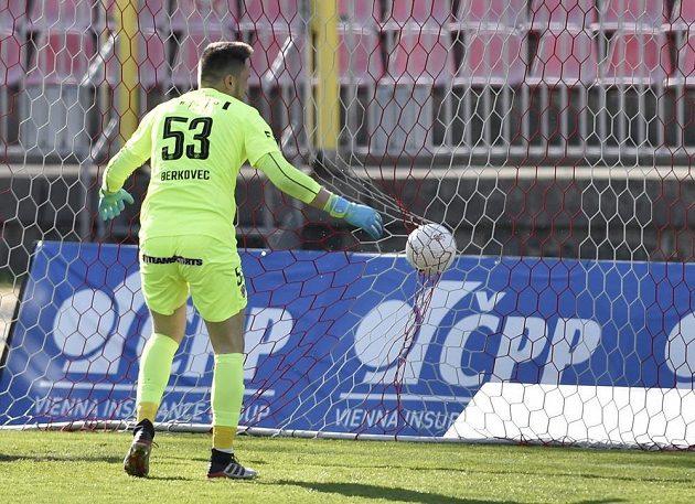 Brankář Brna Martin Berkovec inkasuje třetí gól.