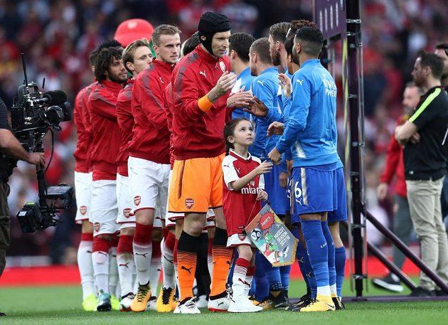 Brankář Petr Čech a další hráči Arsenalu se zdraví s fotbalisty Leiceteru před prvním zápasem nového ročníku Premier League.
