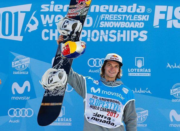 Mistr světa ve sloopestylu, belgický snowboardista Seppe Smits při medailovém ceremoniálu.