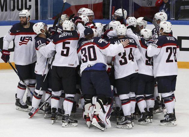 Hokejisté Spojených států se radují z vítězství nad českým národním týmem ve čtvrtfinále MS.