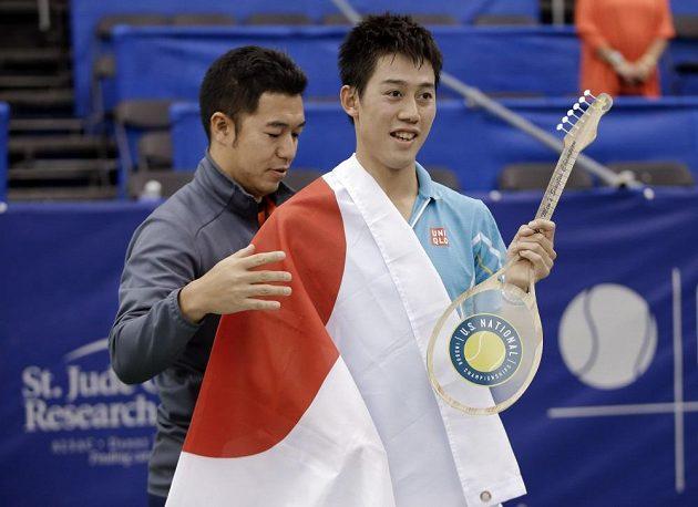 Japonský tenista Kai Nišikori. Vlevo jeho trenér Koichi Nakao.
