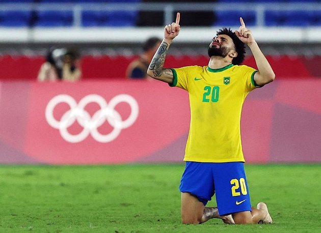 Brazilský fotbalista Claudinho slaví olympijské zlato.