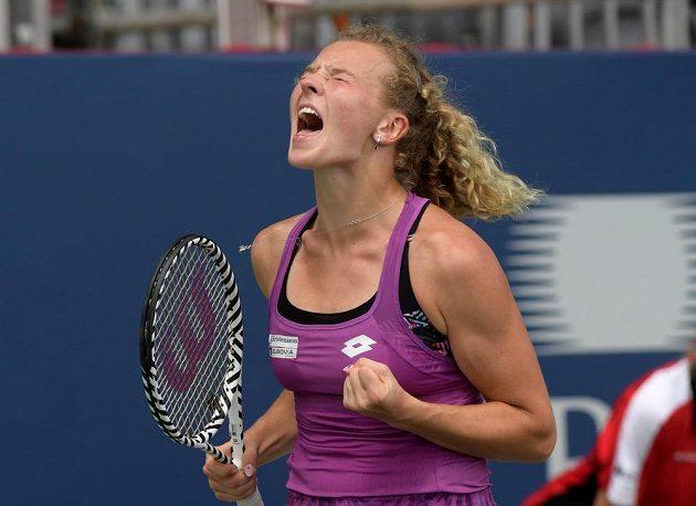 Kateřina Siniaková se povzbuzuje v utkání druhého kola turnaje v Torontu.
