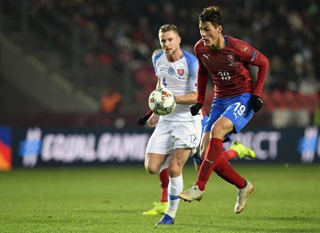 Patrik Schick se chystá vstřelit úvodní branku zápasu. Vlevo přihlíží Milan Škriniar ze Slovenska.