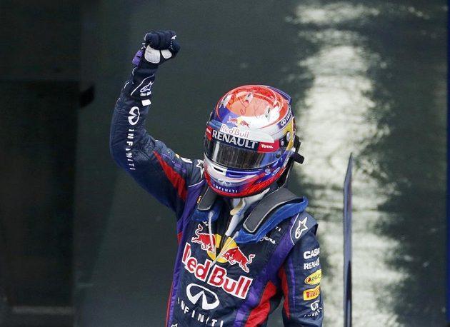 Sebastian Vettel oslavuje své čtvrté vítězství v řadě a navýšení náskoku na čele pořadí MS formule 1.