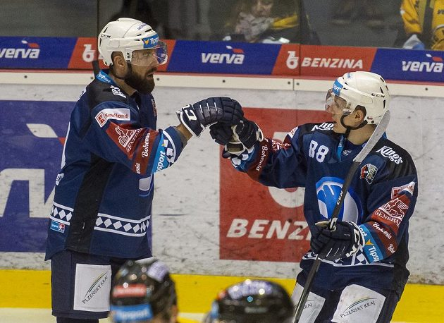Milan Gulaš a Petr Kodýtek z Plzně se radují z gólu.