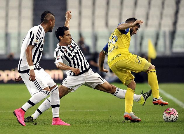 Roberto Pereyra (vlevo) a Alex Sandro (uprostřed) z Juventusu v souboji s Perparimem Hetemajem z Chieva.