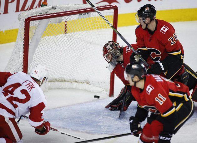 Útočník Detroitu Red Wings Martin Frk dává gól v utkání s Calgary.