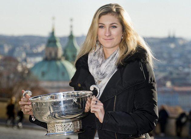Denisa Allertová zapózovala s pohárem pro vítězky Fed Cupu.