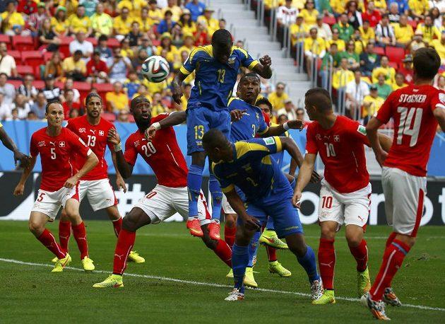 Góóól! Ekvádorec Enner Valencia (číslo 13) zaskočil Švýcary.
